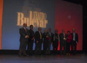 Los galardonados con el Premio Van Halen del poesía flanquean al alcalde de Torrelodones