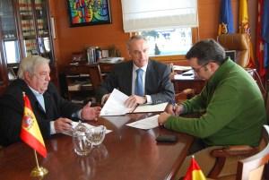 """Firma del convenio entre el Minifútbol y el Ayuntamiento de Torrelodones. Javier """"Vieja"""" García de Leániz, Carlos Galbeño y Fernando González."""
