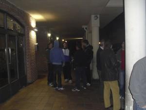 Gente fumando en el intermedio fuera de El Diez
