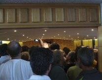 El Salón de Plenos del Ayuntamiento de Torrelodones, abarrotado, el día de la investidura de Elena Biurrun