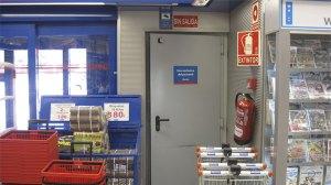 Puerta del almacén de Opencor por donde atraparon al posible ladrón...