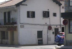 Peluquería de Manolo, urbanización al fondo de la calle