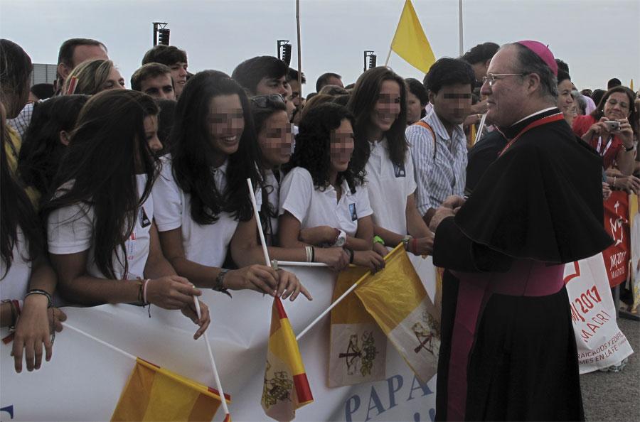 Alumnos del Colegio Parque de Torrelodones saludando a los obispos en Barajas