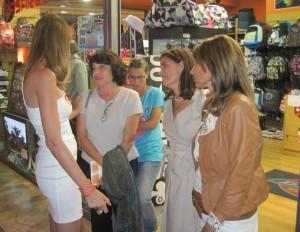 Sandra Ibarra conversando con María Teresa, viuda de Patrick Artiga