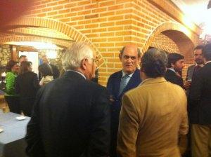 Afiliados del PP de Torrelodones conversando con I. Astarloa