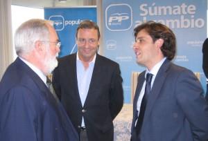 Mario Mingo (centro) durante el cierre de campaña del PP de Torrelodones, con Arias cañete y el alcalde de Galapagar