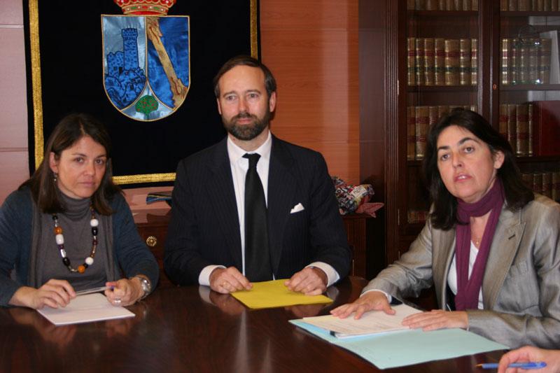 Elena Biurrun (izquierda), Alcaldesa de Torrelodones; Christian de Lannoy, Ministro Consejero de la Embajada de Bélgica; y Rosa Rivet, Concejala de Cultura.