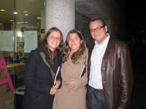 Elena y Marta Aguadero Carrasco con Jorge Mora, Director de la Banda Sinfónica Municipal
