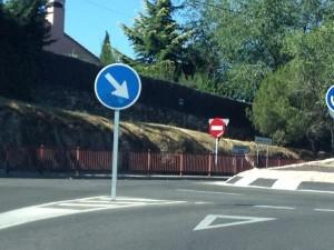 Señal peligrosamente instalada en Torrelodones (Foto: Fórmula Moto)