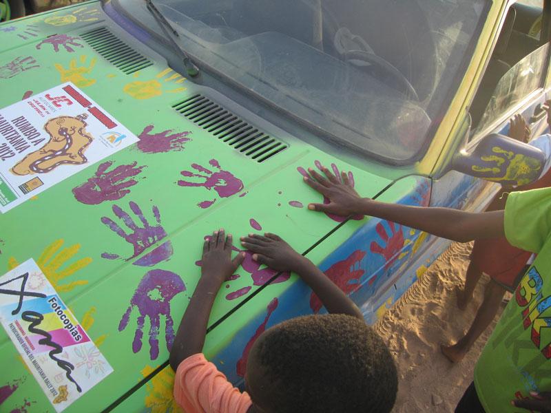 Los niños en Mauritania, superponen sus manos con las huellas dejadas por los jóvenes de Torrelodones