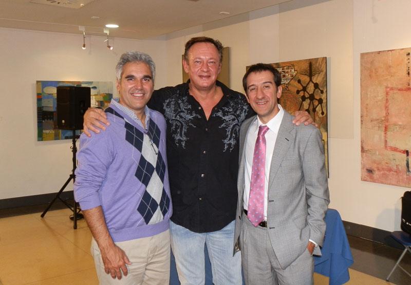 En medio, el escritor, a la derecha de la foto, Luis Boyano, y a la izquierda, el editor