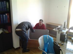 El PP montando muebles en el nuevo despacho