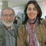 """El maestro Pedro Extremera y la concejala de cultura, Rosa Rivet, viendo """"Agua en el agua"""", de Margarita Alonso"""