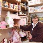 Carmen Piris, en la juguetería Soliluna, frente a Correos de Torrelodones