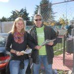 Nina Wormer y Javier Ros, recogiendo firmas junto al Minifútbol