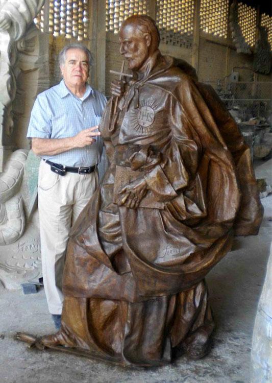 El artista Carlos Terres junto a la talla de San Ignacio de Loyola, donada al colegio de Torrelodones