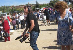 Los transeúntes miran con curiosidad a los reporteros