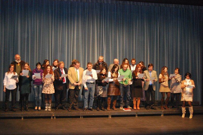 Los colegios de Torrelodones cantan por Navidad En la foto, directores, profesores y concejales (Foto: Ayto. Torrelodones 13-12-2012)