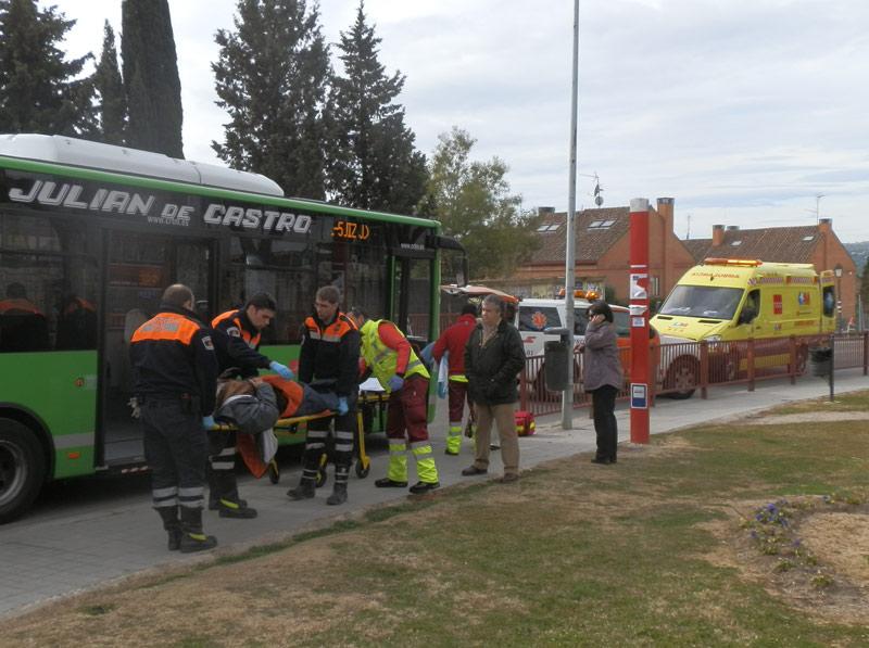 Protección Civil y Summa112 socorren a un hombre mayor accidentado en un autobús