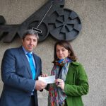 D. José María Paredes, Director de Comunicación del Casino Gran Madrid, y la Alcaldesa de Torrelodones, Dª Elena Biurrun (Foto: Ayuntamiento de Torrelodones - Febrero 2013)