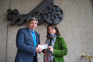 D. José María Paredes, Director de Comunicación del Casino Gran Madrid, y la Alcaldesa de Torrelodones, Dª Elena Biurrun (Foto: Ayuntamiento de Torrelodones)