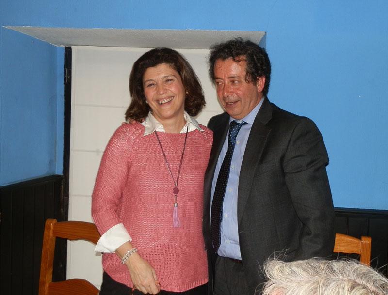 El PP de Torrelodones le entrega un recuerdo a Gádor Ongil
