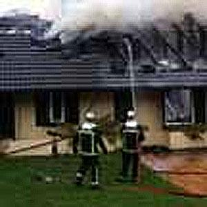 Bomberos apagando incendio en Torrelodones, 19-03-2013