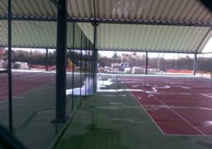 Las pistas de tenis del polideportivo de Torrelodones, inundadas por la lluvia