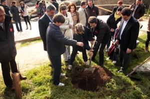 """Programa """"Ríos Vivos"""". Alumnos del Colegio Parque colaborando junto a las autoridades en la mejora del entorno del Río Guadarrama"""