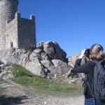 La periodista belga Flora Six fotografía la Torre de los Lodones 21/04/2013