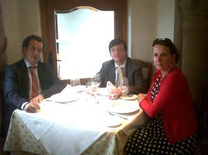 D. José Antonio Martínez Páramo (centro), con D. Javier Laorden y Dª Isabel Ruiz-Tarazona