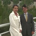 D. José Antonio Martínez Páramo y Dª Isabel Ruiz-Tarazona, en uno de los puentes sobre el suelo cedido