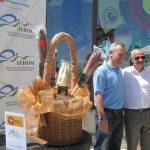 El alcalde, D. Ramón Regueiras, con el dueño de La Cimbarra, que obtuvo el premio Mejor Tapa de Hoyo 2013