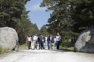 El presidente regional, en uno de los accesos al parque, en Cercedilla (Foto: Comunidad de Madrid)