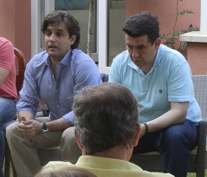 Daniel Pérez Muñoz y Ángel Camacho Lázaro reunidos con los vecinos de Monte Ana
