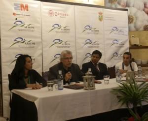 Salvador Gallego, padre e hijo, junto a los directivos de AEHOM
