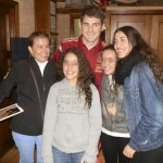 Iker Casillas con un grupo de torresanas