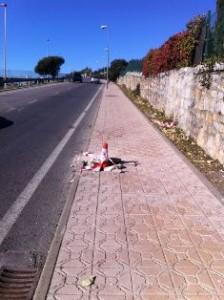 Farola derribada por un coche en el Camino de Valladolid (Torrelodones)