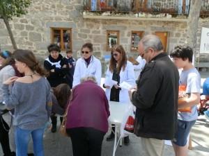 Alumnas de las clases de pintura recogen firmas de apoyo