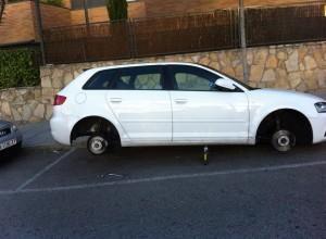 Roban las 4 ruedas de un Audi en Torrelodones