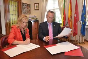 Cristina Cifuentes y Ramón Regueiras firman el acuerdo