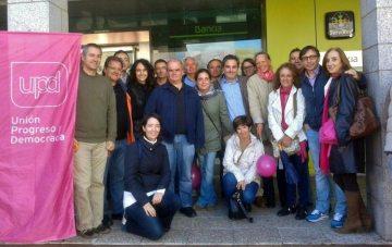Carlos Martínez Gorriarán, Elvira García Piñero, Antonio Checa Cortéz y Teresa Díez Garrido; junto a otros miembros de UPyD en la Plaza de la Constitución de Torrelodones