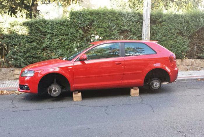 Robos de ruedas de coches en Torrelodones (Audi en c/José Sánchez Rubio)
