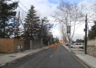 Aparcamiento de Pradogrande e inicio de la manzana donde podrían retranquearse para generar plazas de aparcamiento