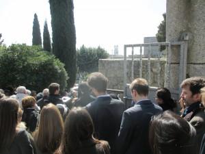 D. José Ramón, yace en el Cementerio de Torrelodones, pueblo al que dedicó 52 años de su vida