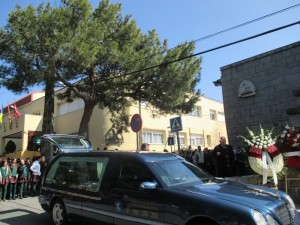Decenas de alumnos salieron a despedir al sacerdote que fundó su colegio, 50 años atrás