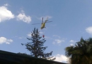Helicóptero extinguiendo incendio en Pradogrande (Foto: cortesía de Teresa M.)