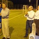 Ángel Lanchas entrega el trofeo al capitán del equipo campeón