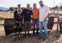El alcalde de Moralzarzal con el presidente de la Federación de Motociclismo,y un piloto (Foto: Ayto. Moralzarzal)