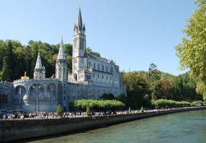 Basílica de Lourdes- Autor: Roland Darré - Este archivo se encuentra bajo la licencia Creative Commons de Atribución/Compartir-Igual 3.0  - https://commons.wikimedia.org/wiki/File:Lourdes_Basilique_et_gave.jpg?uselang=es